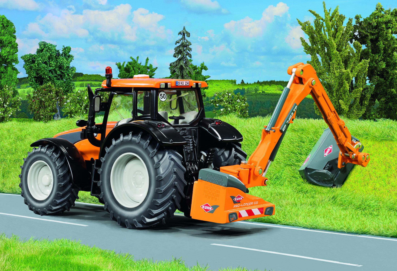Valtra tractor met Kuhn bermmaaier